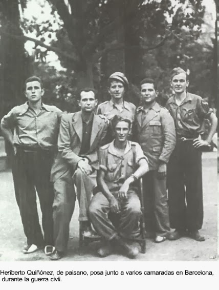Heriberto Quiñonbes, segundo por la izquierda, junto a varios camaradas en Barcelona durante la Guerra Civil.
